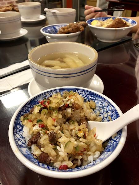 傳統木桌椅,很有古早味的fu,用餐環境還不差。在餐具旁,店家提供了自製的洋蔥、辣椒、蔥花拌在一起的辛香料,跟燒臘店的油蔥有異曲同工之妙,可以拌在飯裡更夠味。麻辣滷肉飯有著花椒香,剛開始吃不覺得辣,但慢