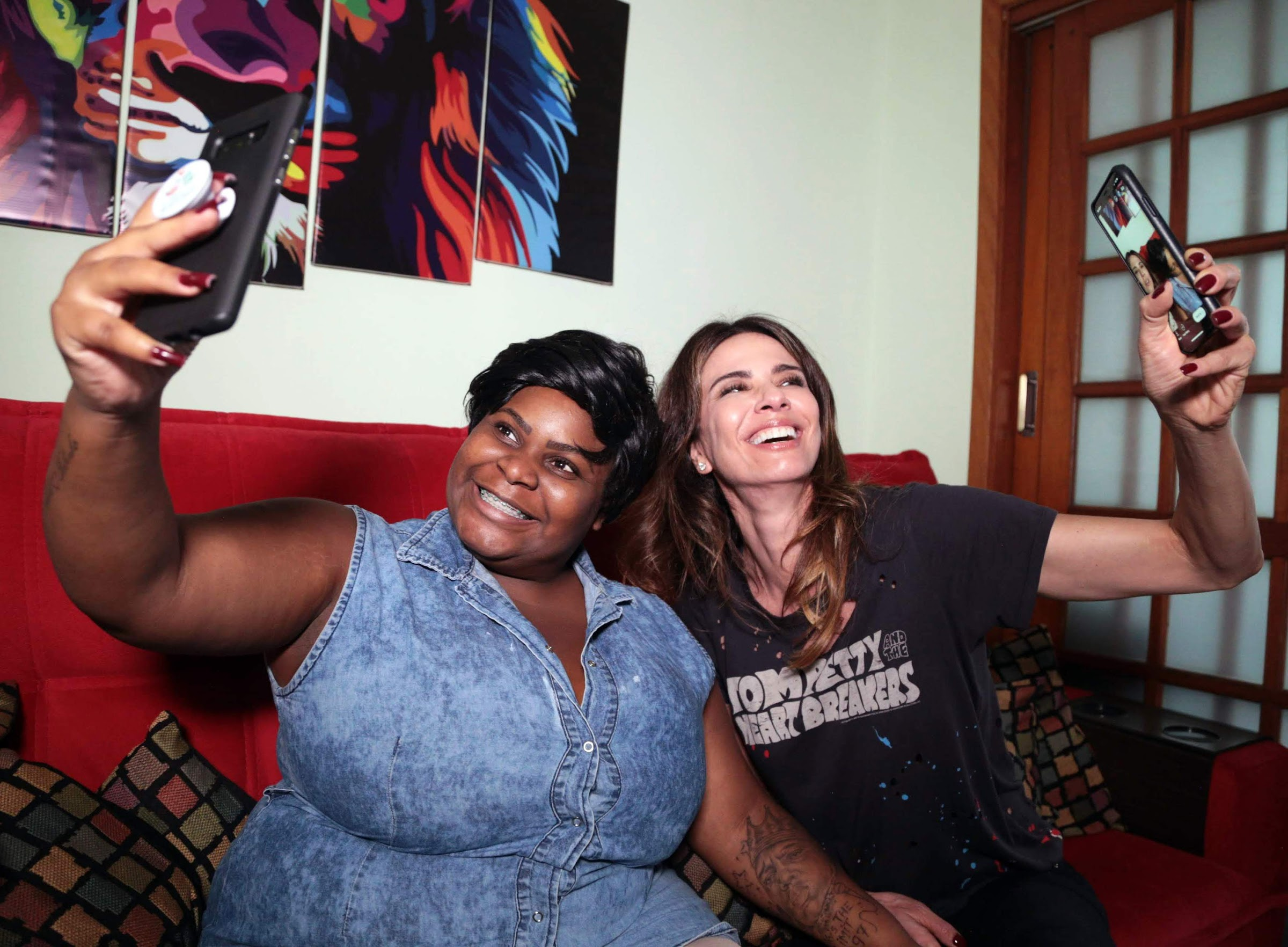 Jojo Todynho e Luciana Gimenez se divertem durante entrevista