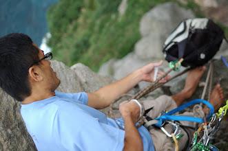 Photo: 打算直接上攀出去了開始拖拉背包,花了不少時間很像在溯溪. 到了5.10的難度已經不太方便背著有重量的背包攀爬.