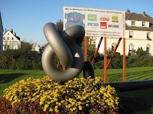 Skulptur Rohrleitungsknoten und Transparent.