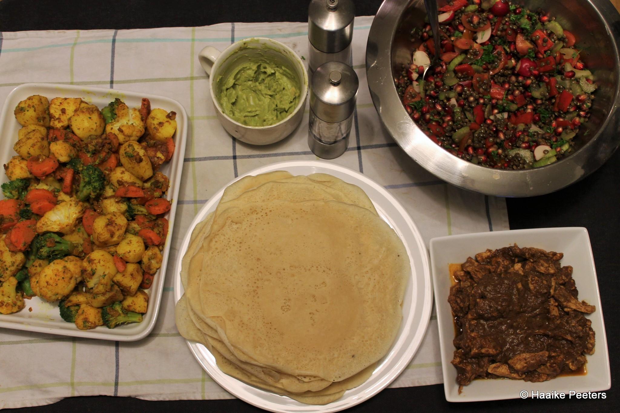 Doro wot met aardappelsalade, linzensalade en injera (Le petit requin)