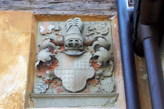 """Photo: Wappen des Domherrn Alexander v. Jarsdorf am """"Madlerhof"""", Domgasse 11 in Bamberg. 1589 entstanden und dem Bildhauer Hans Werner zugeschrieben."""