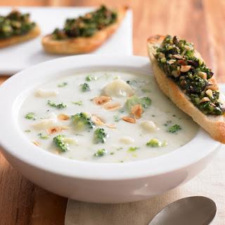 Karfiolcreme Suppe mit Haselnusspesto-Baguette