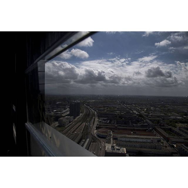#thepenthouse #haagsetoren #thehaguetower #denhaag #beautifulcity #denhaagtogo #thehague #laia #netherlands #nederland #olanda #amazing #building #landscape  #nofilter #thisisthehag #wonderful_holland #42floors #window   di Invisil