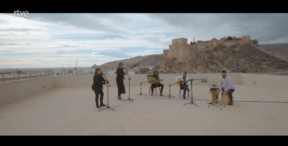José del Tomate junto a Mari Ángeles Fernández, Kiki Cortiñas y el resto de su grupo el tema 'Puerta Purchena'.