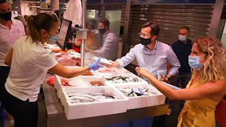 Francisco Góngora repartiendo las mascarillas a los establecimientos.
