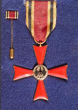 Photo: Und so sieht mein Bundesverdienstkreuz aus. Links die Miniatur, die man auch im Alltag tragen kann.