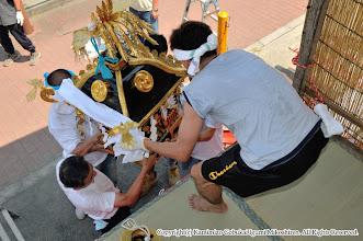 Photo: 【平成20年(2008) 宵々宮】  お仮屋の小人神輿を据え付ける。