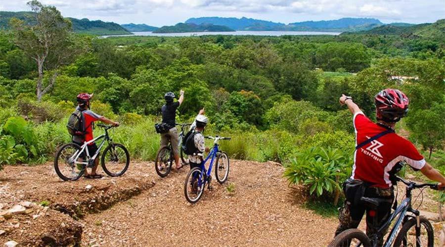 Đạp xe lên núi để ngắm nhìn khung cảnh ngoạn mục của thiên nhiên