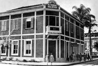 Photo: Hotel Max Mayer, localizava-se na Rua do Imperador, onde hoje está o prédio que abriga as Lojas Americanas. Foto sem data