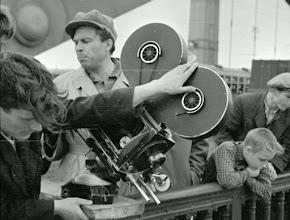 """Photo: O diretor de fotografia Serguei Urusevski (de boina) se prepara para um dos planos de""""Quando voam as cegonhas""""."""