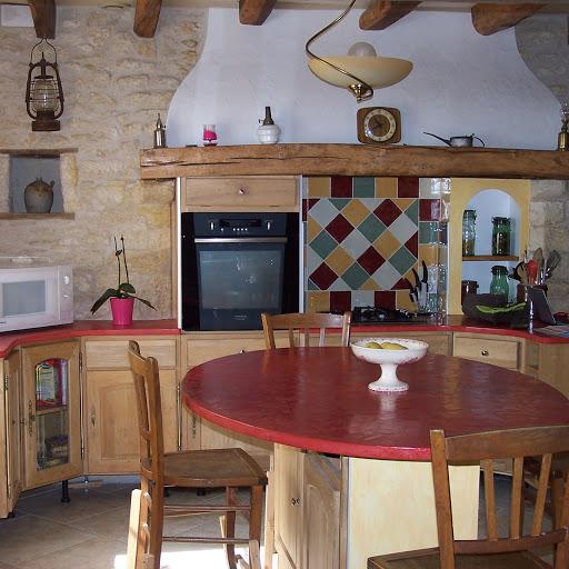 table de cuisine et plan de travail en béton ciré à faire soi-même grâce au kit prêt à l'emploi en béton ciré rouge