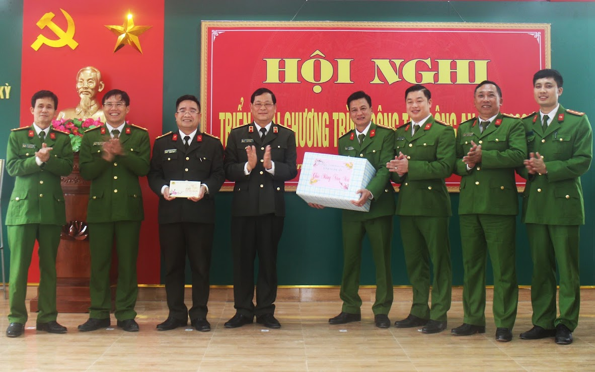 Đồng chí Thiếu tướng Nguyễn Hữu Cầu - Giám đốc Công an tỉnh tặng quà chúc Tết đơn vị