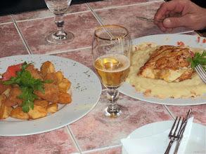 Photo: Z lewej, móżdżek panierowany; z prawej, piersi kurczaka nadziewane jabłkami z cynamonem i camambertem z rusztu w restauracji Texas (Bp. XVIII) - 32