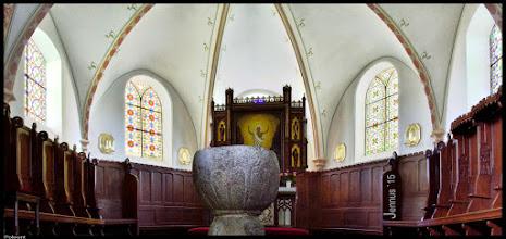 Photo: Der mittelalterliche Taufstein aus Granit in der Dorfkirche in Pokrent