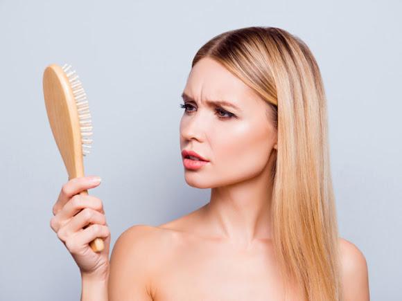 髪を虫眼鏡で見られている女性