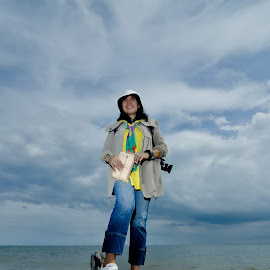 Fotografer by Agus Mahmuda - People Professional People ( sky, seascape, woman, beach, photo, photographer, portrait, water, sea, lanscape, professional,  )