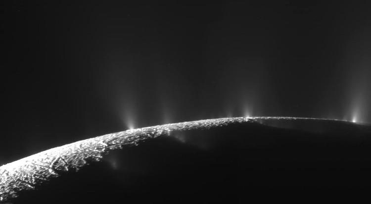 Những mạch phun ở cực nam của mặt trăng Enceladus.