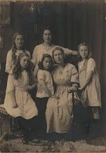 Photo: Mijn grootouders Jurriaan van der Vliet en Johanna Cornelia Snel hadden maar liefst zes dochters (en als laatste een jong overleden zoontje) en er mag dus best van een meidenhuis worden gesproken (toen mijn vader er later over de vloer kwam vond hij het maar wàt gezellig tussen die kakelende kippen). Deze dochters zijn gefotografeerd omstreeks 1920 en persoonlijk vind ik het een wereldfoto. Mag ik de meiden even voorstellen? Voorste rij vlnr: Elisabeth (1906-1990), Claudia (1914-2004), Femia (1902-1987) en Emma (1910-1990). Achterste rij vlnr: mijn moeder Johanna (1908-1965) en Annie (1903-1936). Het gezin woonde in Blaricum en later in Laren