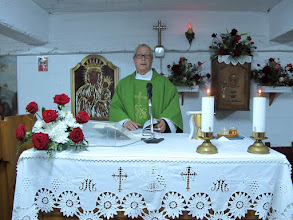 Photo: Rou2C32-151005Pietra Neamt, préparation de Patrick à l'autel, messe chapelle en sous-sol IMG_9381