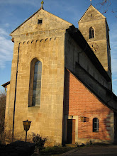 Photo: Martinskirche Neckartailfingen: Ostgiebel mit Altarfenster; die Apsis innen ist gerundet, außen aber eckig.  Sakristei in roten Ziegeln von 1957.