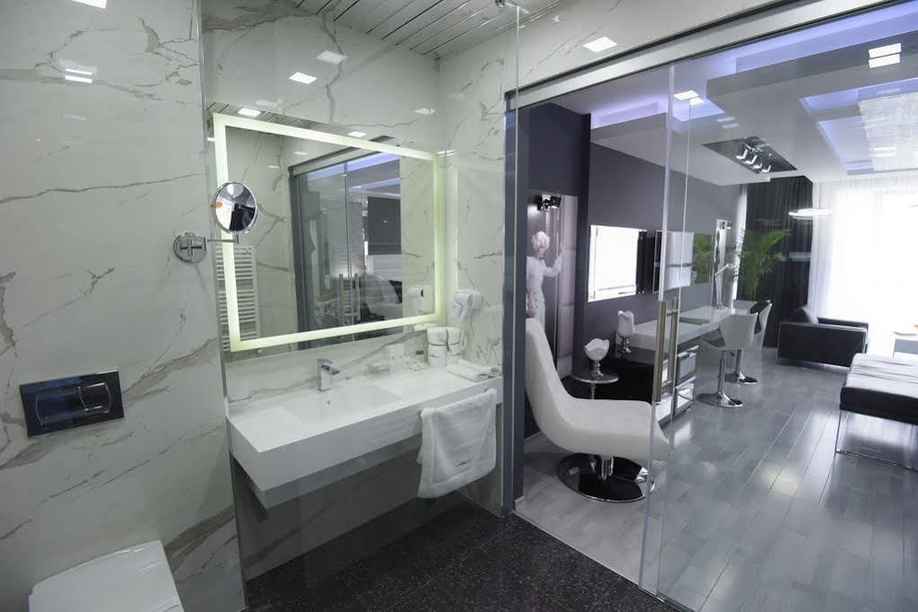 Hotel Mirror