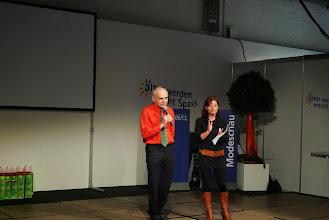Photo: Preisverteilung vom Jasstournier, ausgeführt durch die Ferneseh-Jassmoderatorin Monika Fasnacht und ein Pensionierter Helfer.