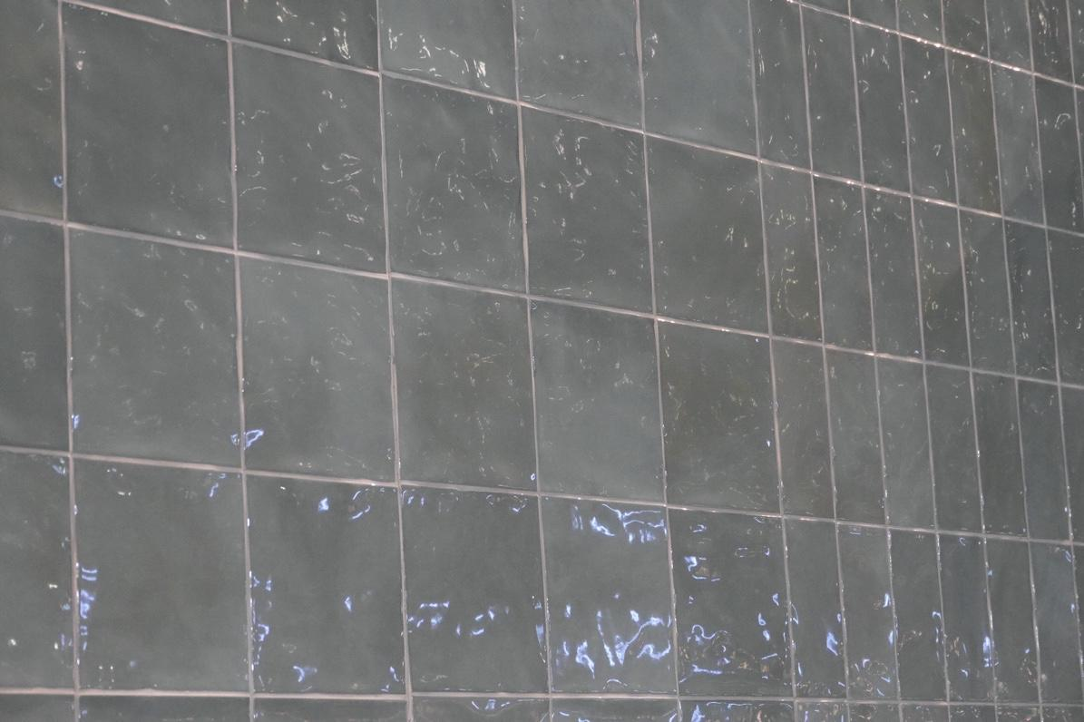 High-gloss 3D tile in a vertical grid