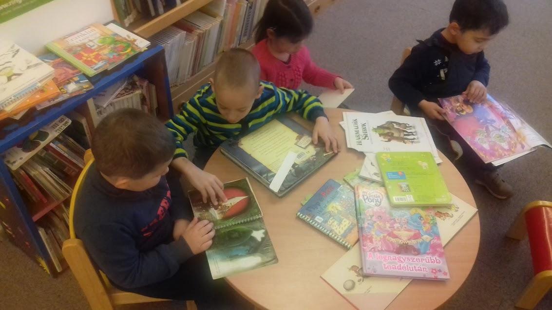 Könyvnézegető gyerekek - Verseghy Könyvtár