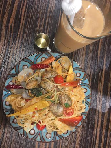 泰式煉乳咖啡、泰式奶茶~ 辣炒海瓜子義大利麵~真的辣~ 泰式咖啡廳~好吃!!