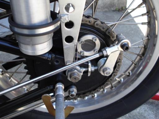 Triumph Dragster créé dans les ateliers de Machines et Moteurs, spécialiste de la restauration de machines anglaises, vue du Frein arrière