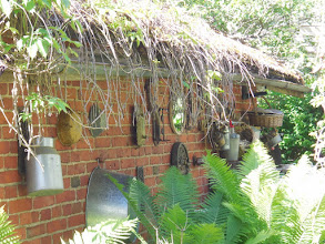 Photo: Kuninkaanlammen piharakennuksen ulkoseinää. Talossa on toiminut viinatehdas.