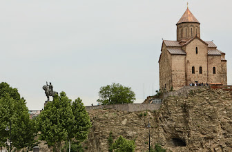 Photo: Aloitimme kuitenkin Tbilisiin tutustumisen Metekhin kirkolta ja kuningas Vakhtang Gorgasalin patsaalta