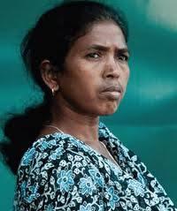 आज आदिवासी पत्रकार और सोनी सोरी के भतीजे लिंगा कोडोपी और सोनी सोरी के भाई रामदेव के साथ सीआरपीएफ ने सिपाहियों ने मारपीट और गाली गलौज करी और उन्हें छह घंटे से ज़्यादा बंधक बना कर रखा .   .  सोनी सोरी खबर मिलते ही उनकी मदद के लिए दौडी .    सीआरपीएफ वालों का कहना था कि सोनी सोरी नक्सली है और तुम लोग एक नक्सली की मदद क्यों कर रहे हो .    सिपाहियों की शिकायत यह थी कि आप जैसे नक्सली समर्थकों के कारण सीआरपीएफ वाले मारे जाते हैं .    सोनी सोरी और लिंगा कोडोपी ने सीआरपीएफ के इन सिपाहियों को आदिवासियों के जल जंगल ज़मीन की लूट , राजनीतिज्ञों की इसमें मिलीभगत और गरीब सिपाहियों को इसमें मरने के लिए झोंक दिया जाने के बारे में समझाया .    लिंगा कोडोपी और सोनी सोरी ने सिपाहियों को समझाने की कोशिश करी कि हम लोग संसाधनों की लूट के कारण होने वाली हिंसा की तरफ ही देश का ध्यान खींच रहे हैं . इससे ही आप लोगों की जान बचेगी .    अंत में सीआरपीएफ वालों ने लिंगा कोडोपी और रामदेव को आज़ाद कर दिया .