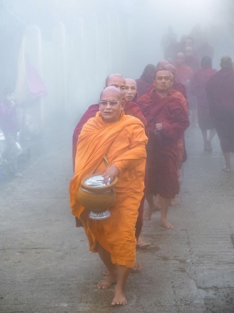 La processioni dei monaci per la questua mattutina di tonino_de_rubeis