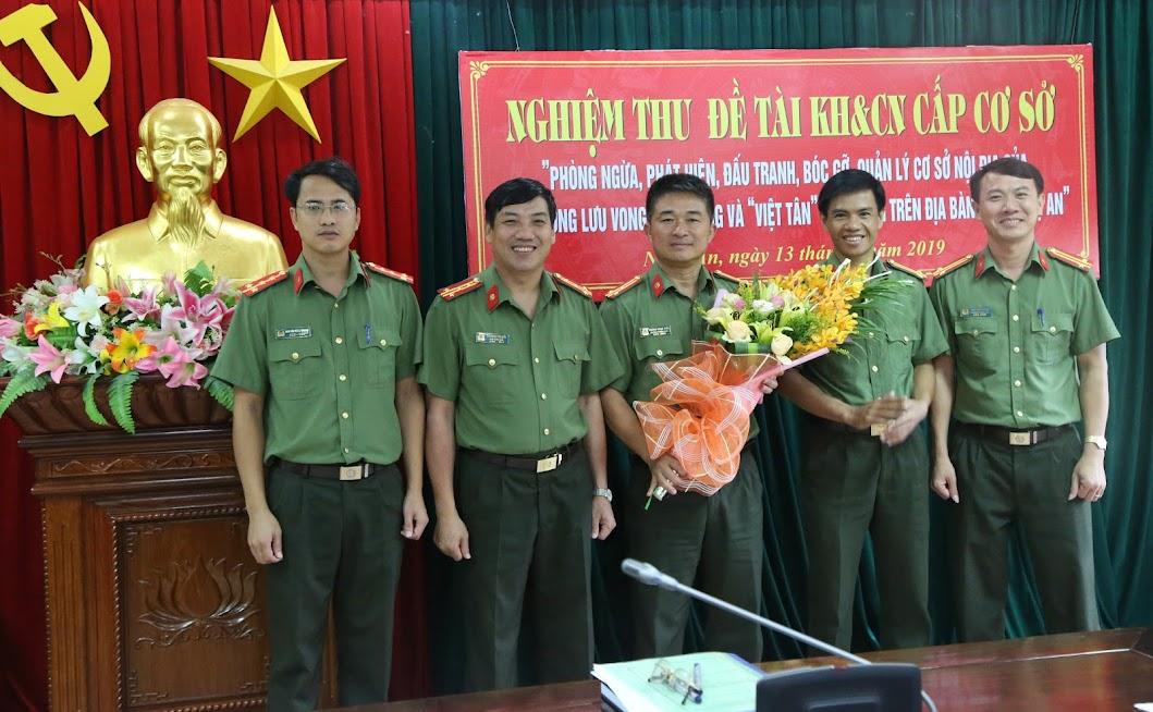 Đại tá Lê Khắc Thuyết, Phó Giám đốc Công an tỉnh tặng hoa chúc mừng Ban nghiên cứu đề tài