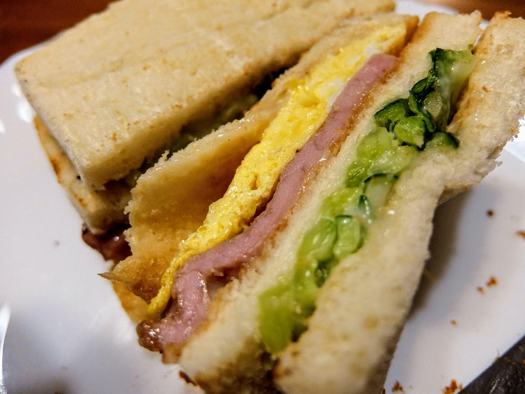燒肉三明治,其實料真的多,當然裡頭的奶油也塗得很多XD
