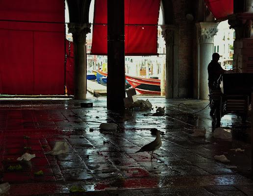 tende rosse al mercato di Rialto di passionfruit