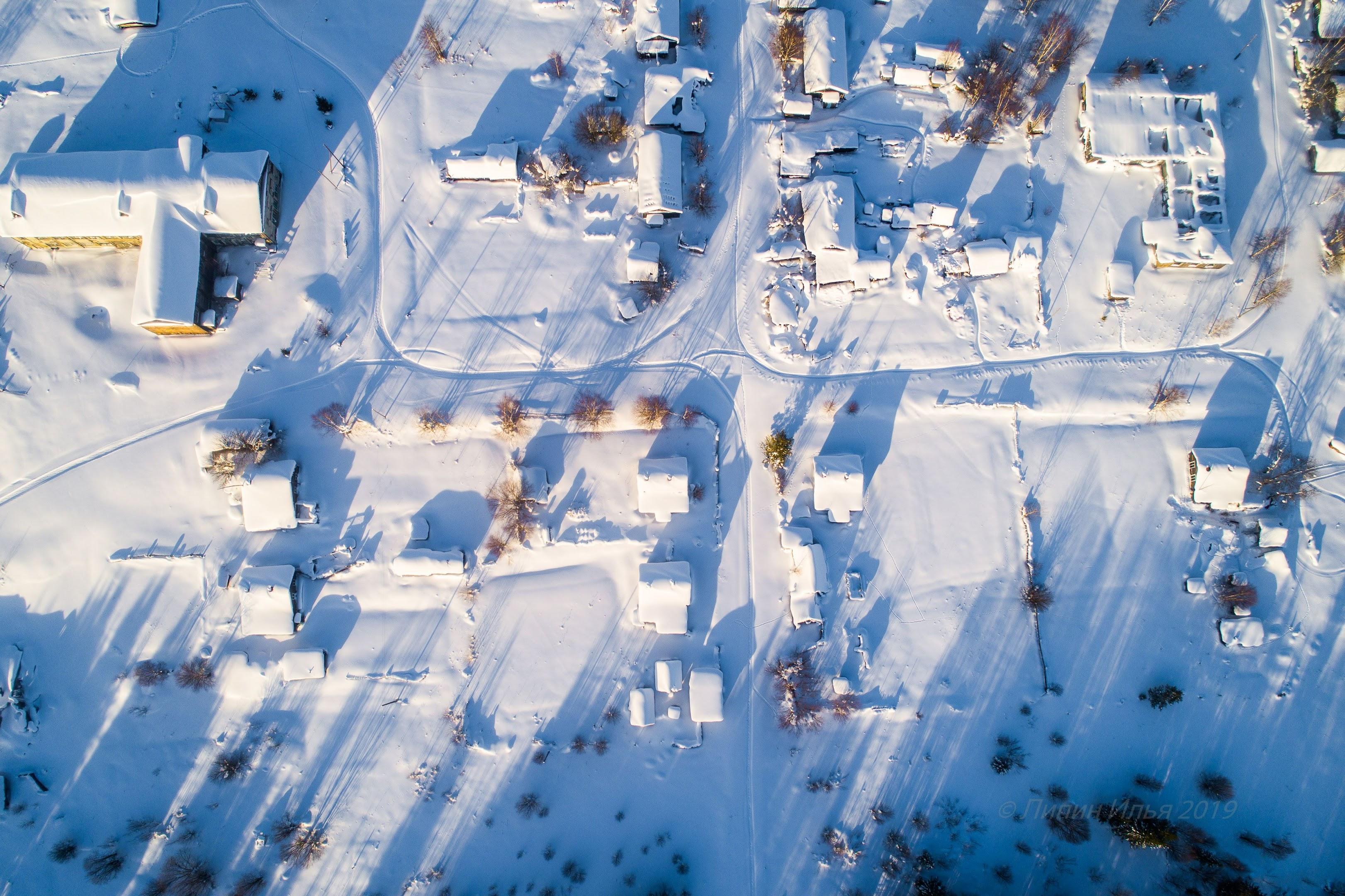 Вид на поселок с высоты. Снегоходные дорожки - от туристов-рыбаков в основном.