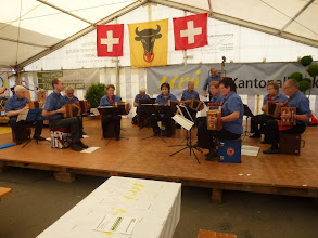 Photo: Erste Auftritte im Festzelt. Schwyzerörgeler mit Notenständer und Notenblätter am Boden.    Eine  Seltenheit!