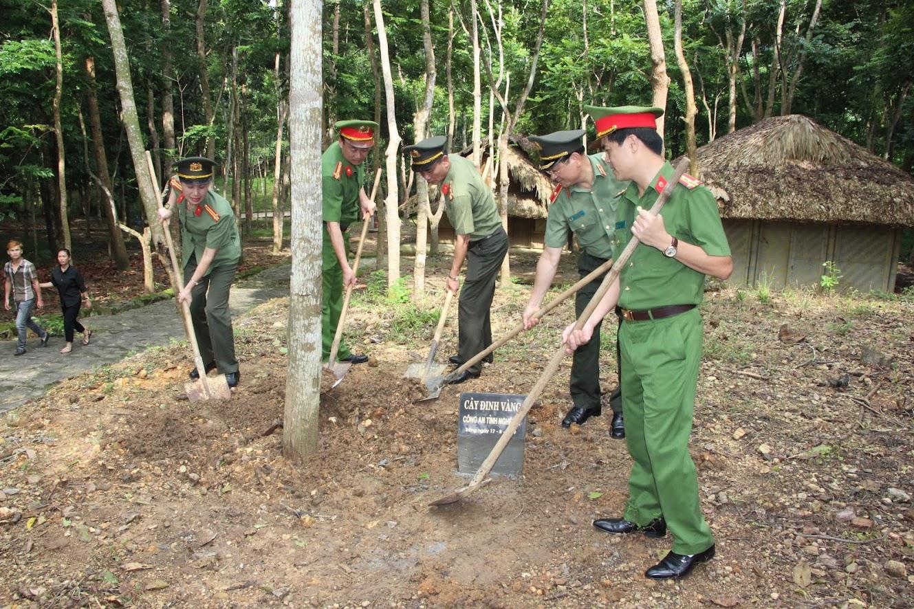 Công an tỉnh Nghệ An trồng cây lưu niệm