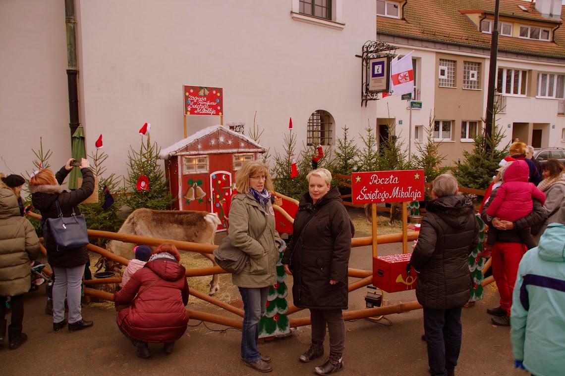 Gabriele Minow (Bildmitte links) aus Schwedt und ihre Freundin Sina Jaensch aus Pinnow (rechts daneben) kamen mit der Bahn und waren begeistert und bewunderten die lebendiegen Rentiere. Foto: asc