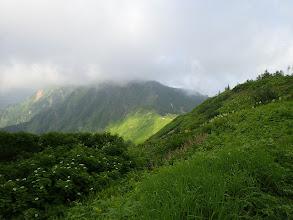 岩小屋沢岳方面は雲に覆われ