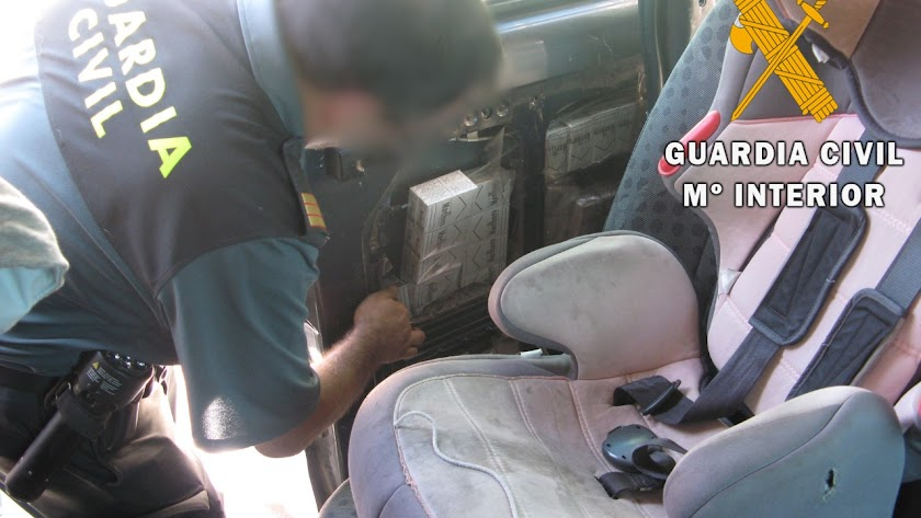 Cajetillas ocultas en un vehículo.