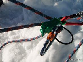 Photo: uso de un freno tipo reverso para asegurar a un segundo de cuerda (cuerda inactiva en las acanaladuras)