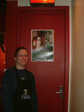 Photo: Juliana e o cartaz com a arte de Johannes Musolf