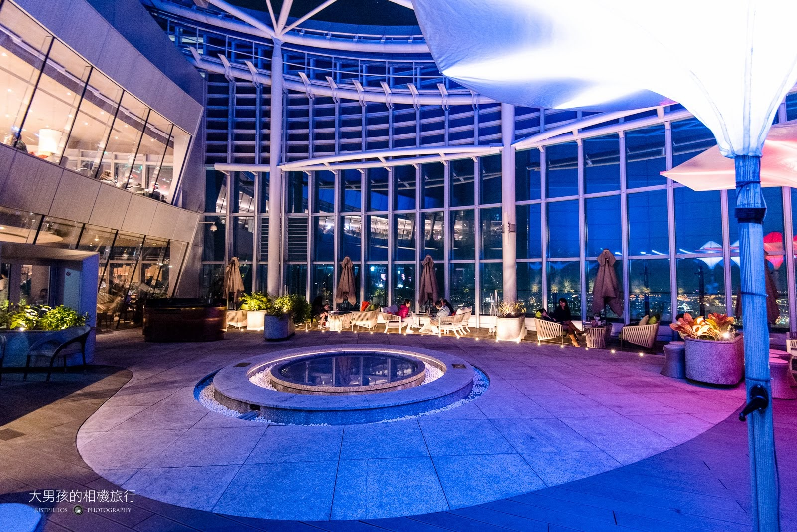Asia 49的戶外用餐區,夜晚的燈光也營造的相當有情調。