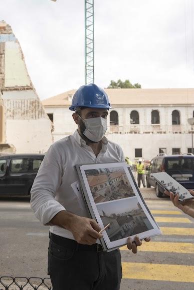 Alfredo Garrido muestra la situación de las fachadas antes de la intervención