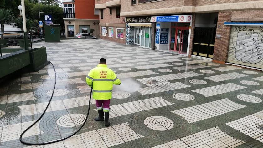 Trabajador de limpieza haciendo los baldeos
