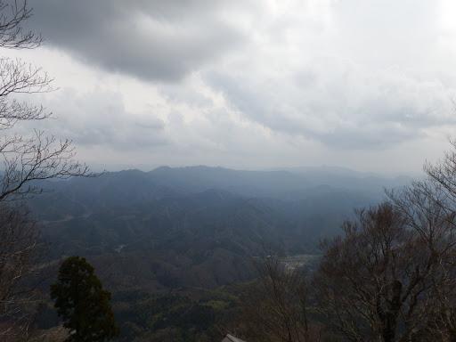 三国岳・養老山(中央)と弥仙山(右)